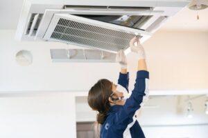天井カセットを掃除してから、クレアウィンフィルターを設置